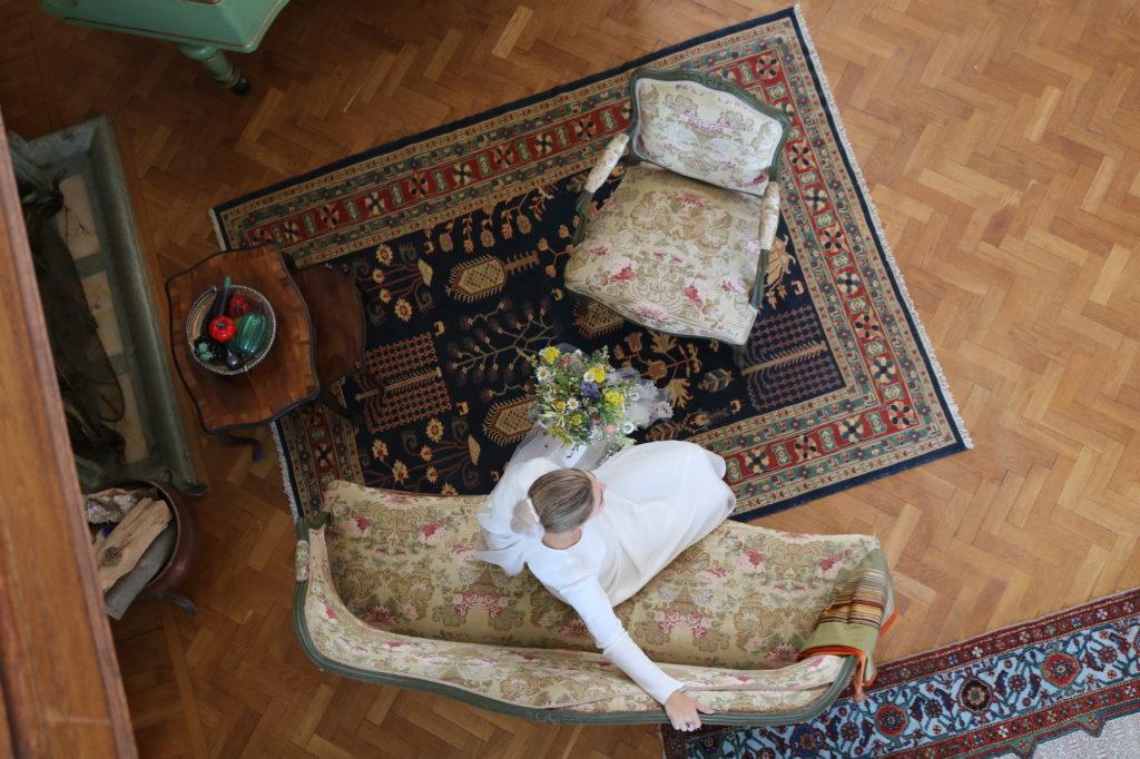 Brud i soffa, fotat ovanifrån