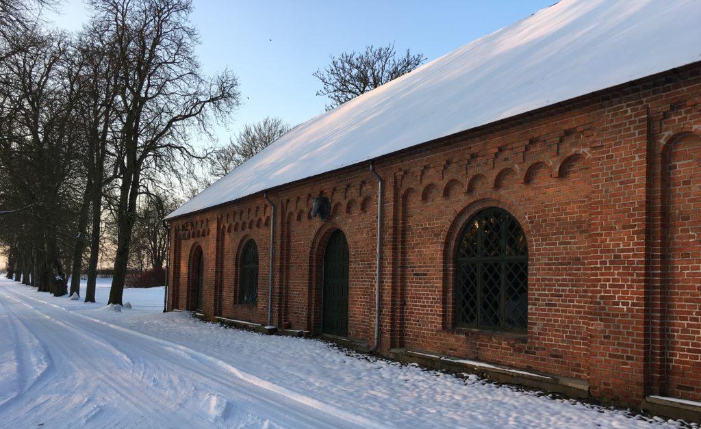 Tegelbyggnad i vinterlandskap