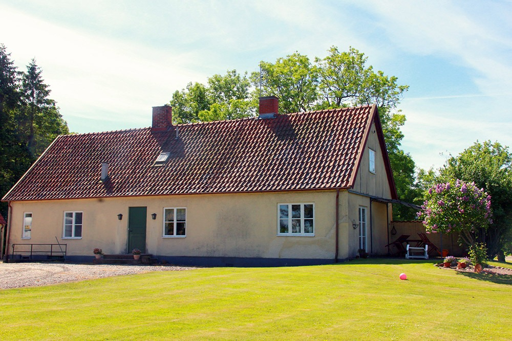 Gult bostadshus med grön dörr