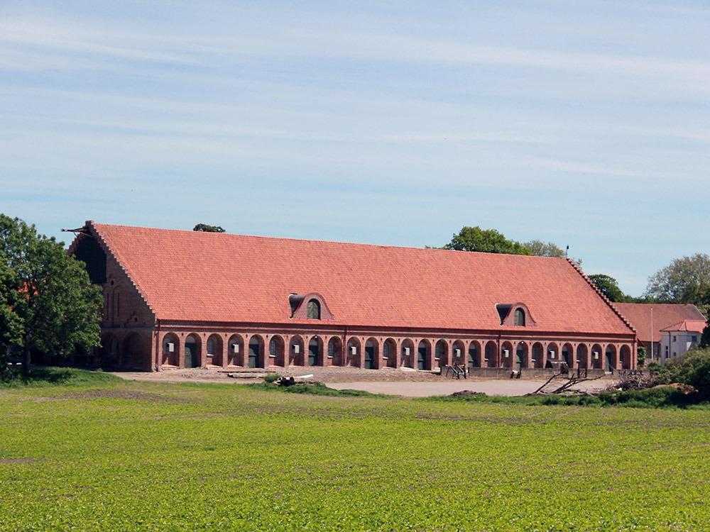 Röd tegelbyggnad, gammalt stall