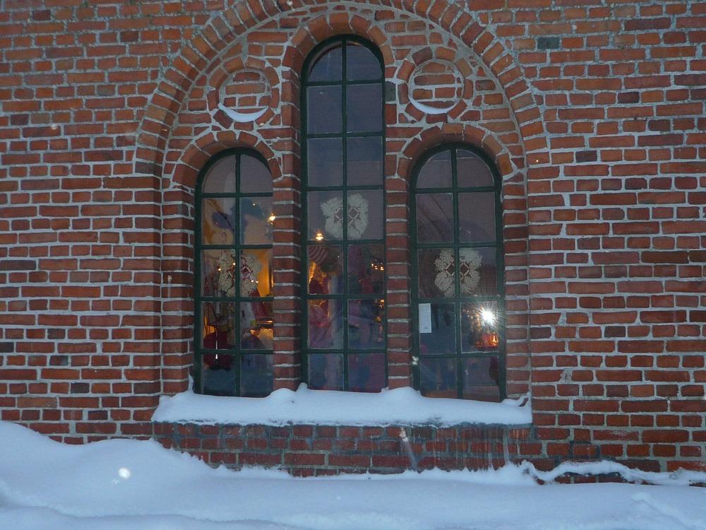 Tegelhus med fönster i vinterskrud