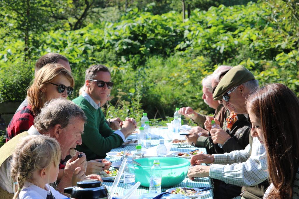 Middagssällskap vid bord utomhus