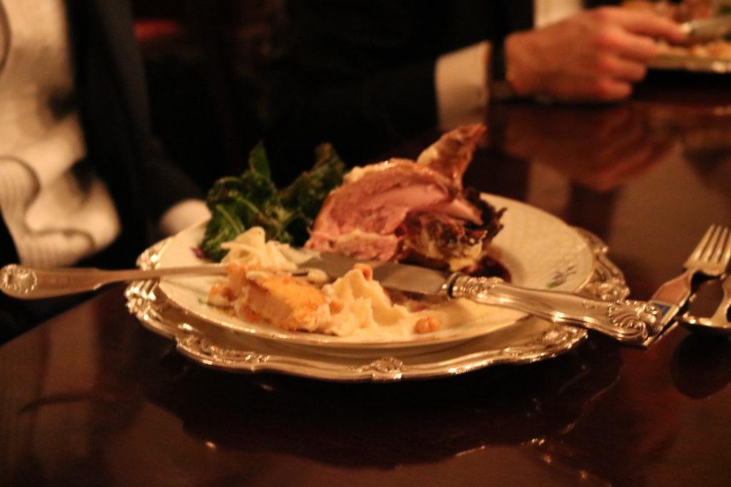 Bild på tallrik med kött, mos och silverbestick
