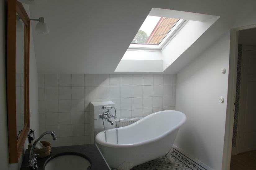 Badrumsbild, badkar under takfönster