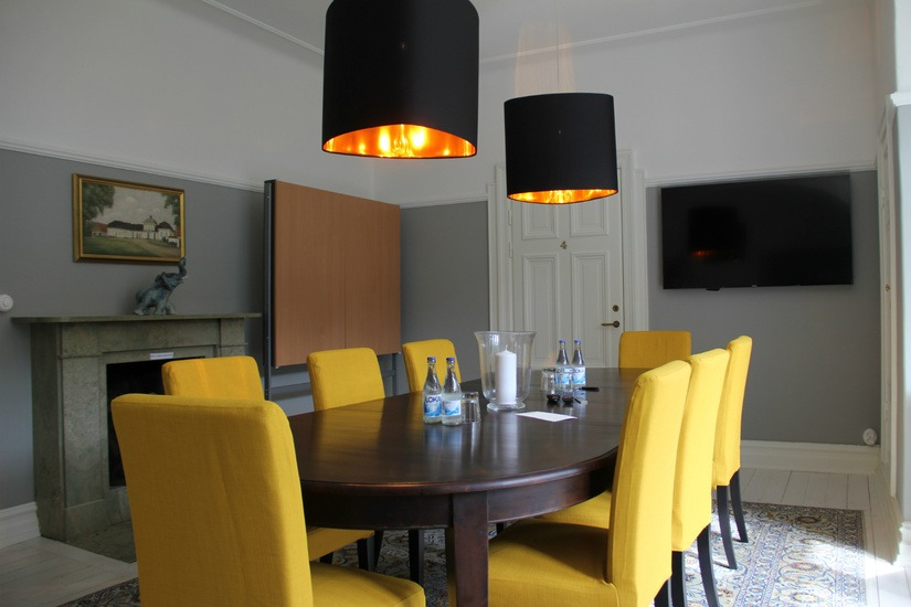 Konferensbord med gula stolar