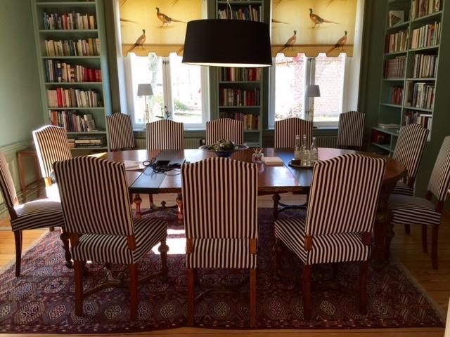 Konferensrum med randiga stolar och ovalt bord