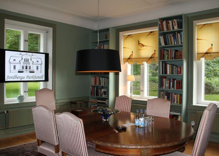 Konferensrum med ovalt bord och stolar