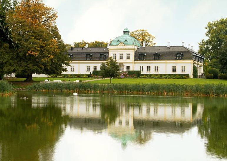Slottet med vatten i förgrunden