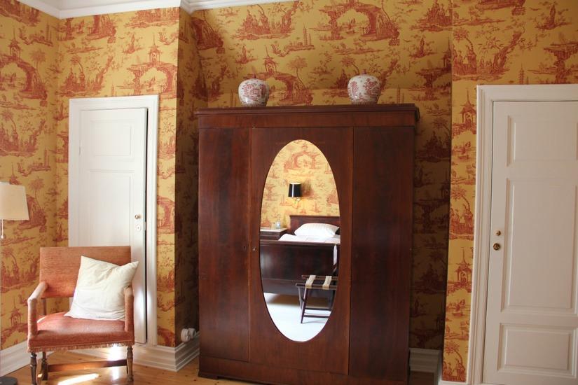 Garderob med oval spegel