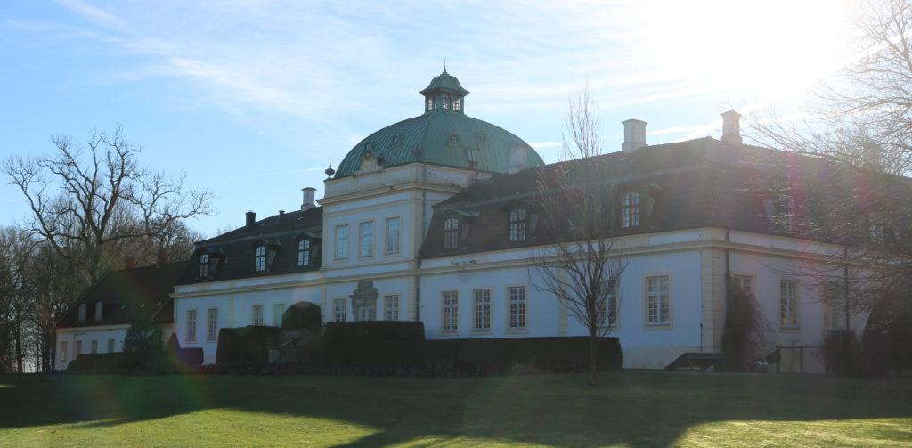 Jordberga slott, vitt slott med koppartak och gula detaljer